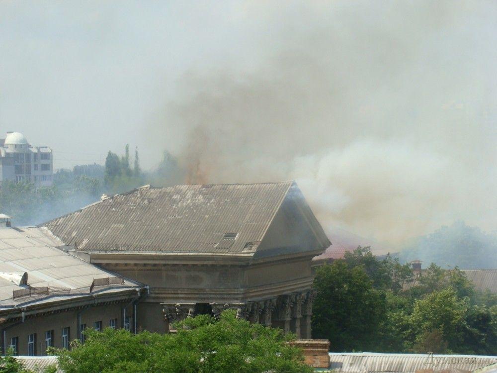 Дым от пожара в здании бывшего Одесского института сухопутных войск