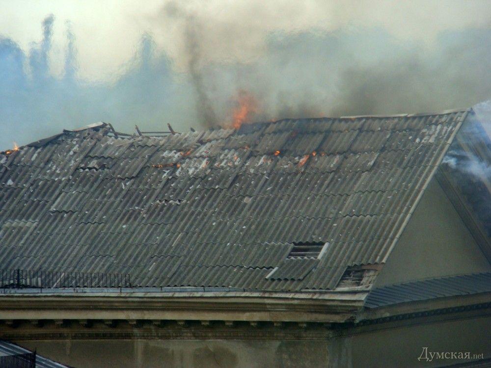 Горящая крыша одного из бывших институтов Одессы