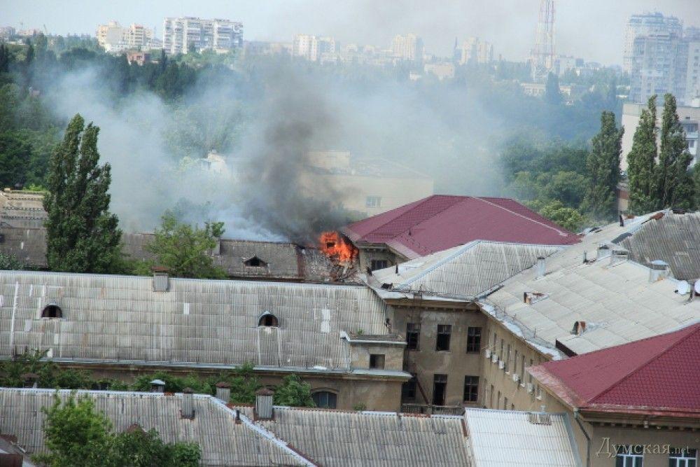 Пожар в бывшем институте сухопутных войск тушили с помощью 13 единиц спецтехники