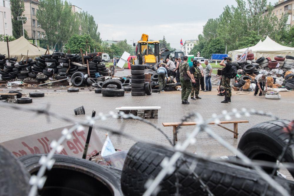 Территорию у здания ОГА очищают от баррикад