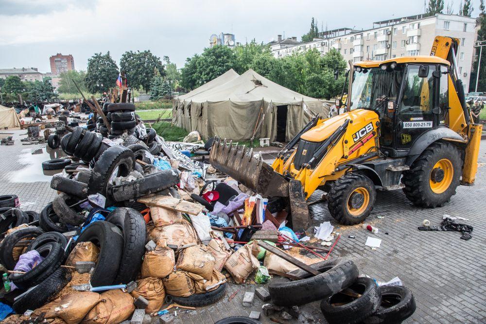 Баррикады строились из шин, мешков с пеком и прочего мусора