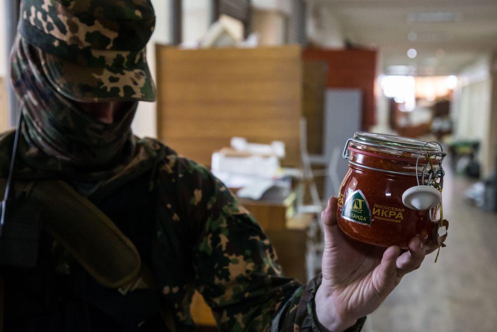 В Донецкую ОГА завезли продукты, в числе которых – красная икра