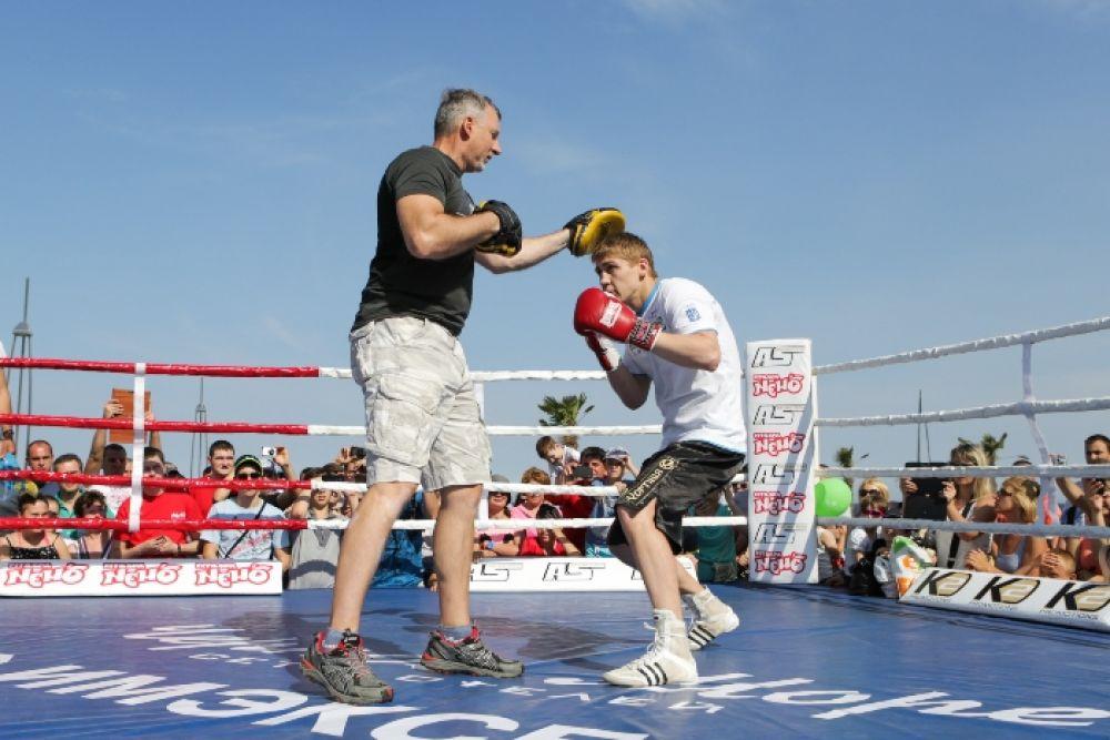 Боксер Александр Спирко отрабатывает уклоны на открытой тренировке в Одессе