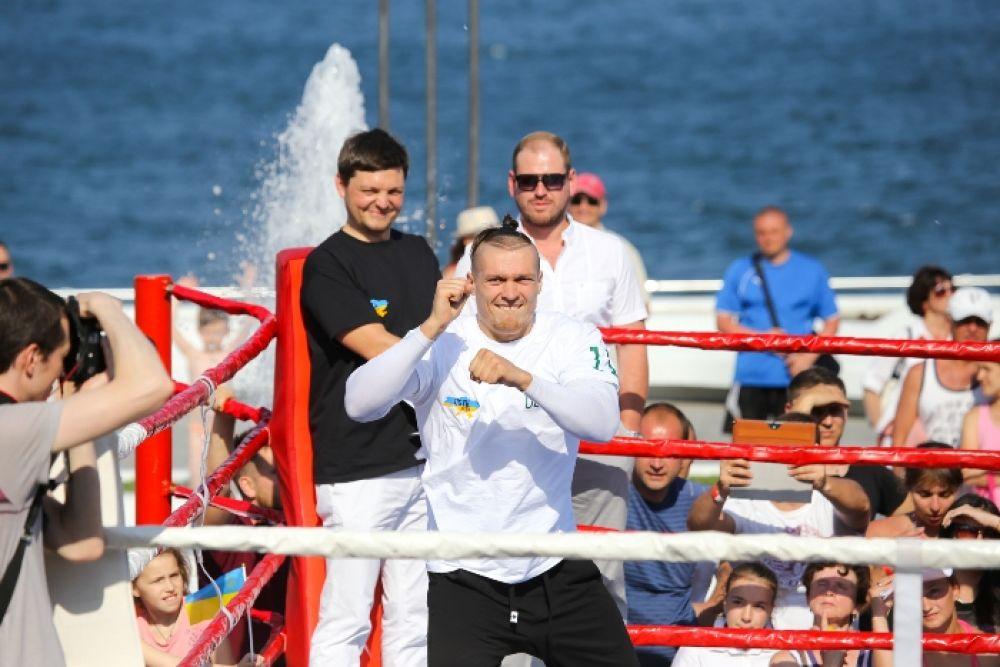 Танец от боксера Александра Усика на открытой тренировке в Одессе