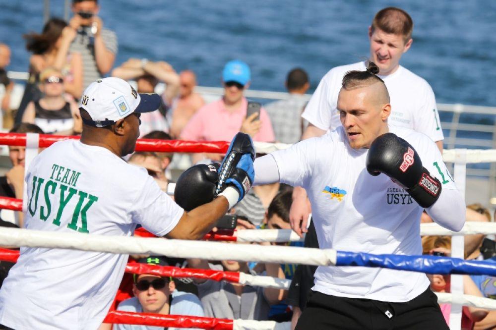 Боковой удар от боксера Александра Усика