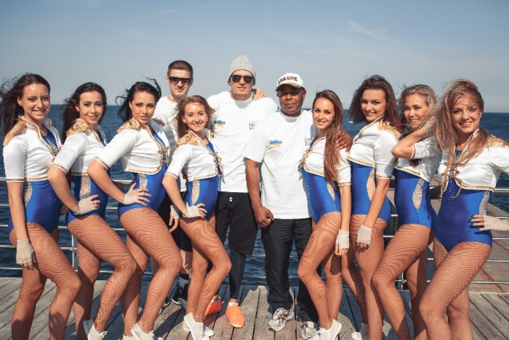 Команда боксера Александра Усика с группой поддержки