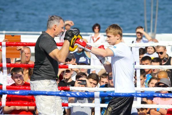 Боксер Александр Спирко работает на лапах в Одессе