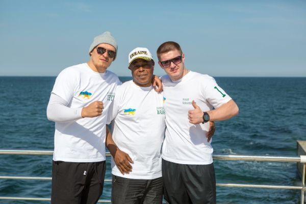 Команда боксера Александра Усика возле моря