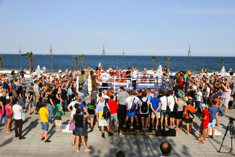 На территории одного из пляжных комплексов Одессы провели тренировку боксеры Александр Усик и Александр Спирко