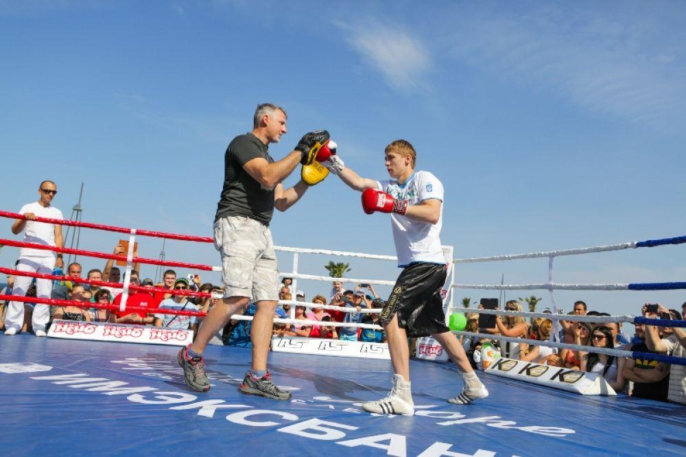 Боксер Александр Спирко показывает свои умения на лапах