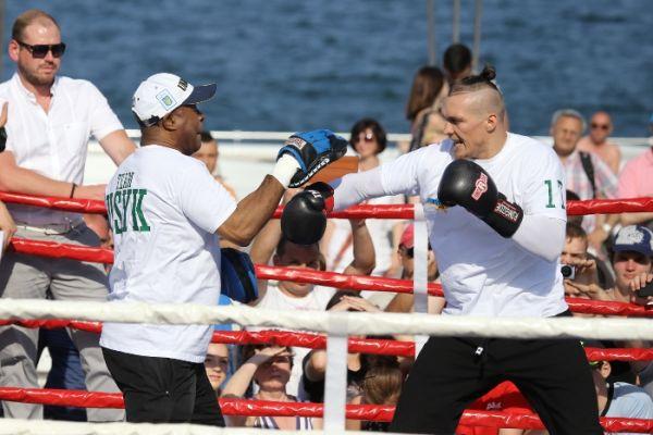 Боксер Александр Усик показывает работу на лапах