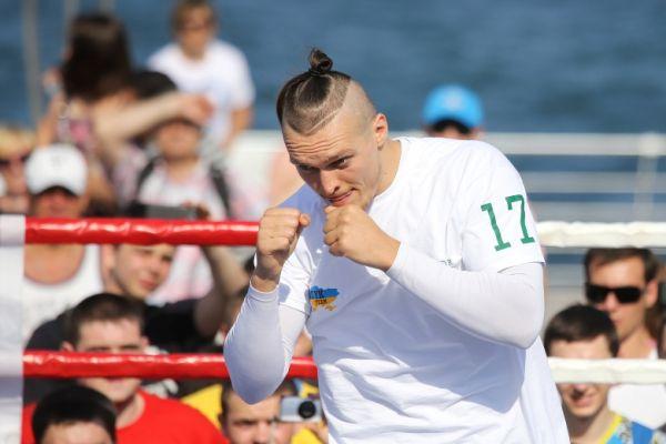 Боксер Усик показывает бой с тенью
