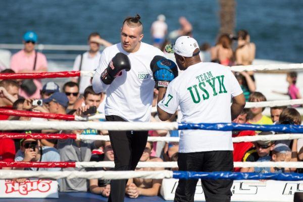 Боксера Александр Усик боксирует на открытой тренировке в Одессе