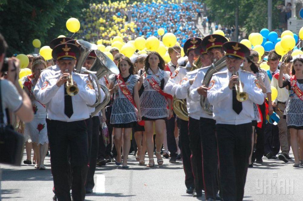 Участники Парада выпускников с желтыми и голубыми воздушными шарами в Днепропетровске