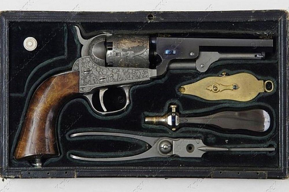 Роскошно декорированный травлением и золочением капсюльный револьвер системы Кольта создан в образцовой мастерской Тульского оружейного завода в 1856 году.