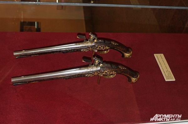 Пистолеты седельные, с моногорамой императора Петра I.