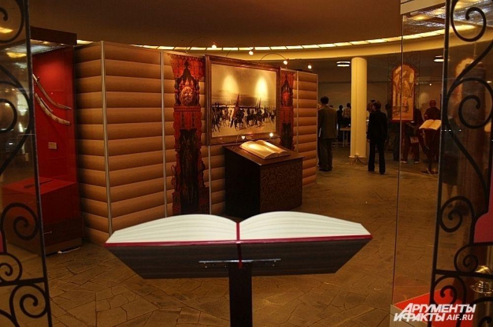 На выставке представлено более ста экспонатов из собрания Музеев Московского Кремля, большинство из которых были специально выполнены для арсенала-сокровищницы русских монархов.