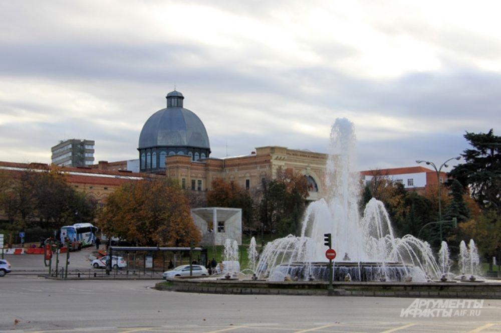 Фонтан на Paseo de la  Castellana - один из многих в таком знойном городе, как Мадрид.