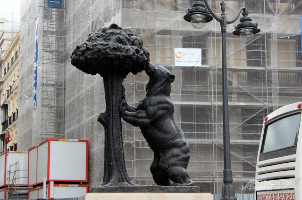 Символ Мадрида- медведь и земляничное дерево на Plaza del Sol. Дерево по-испански называется «мадроньеро», что созвучно имени города. Когда-то здесь были целые рощи этих деревьев, а медведи любили есть «мадроно» - земляничные плоды.