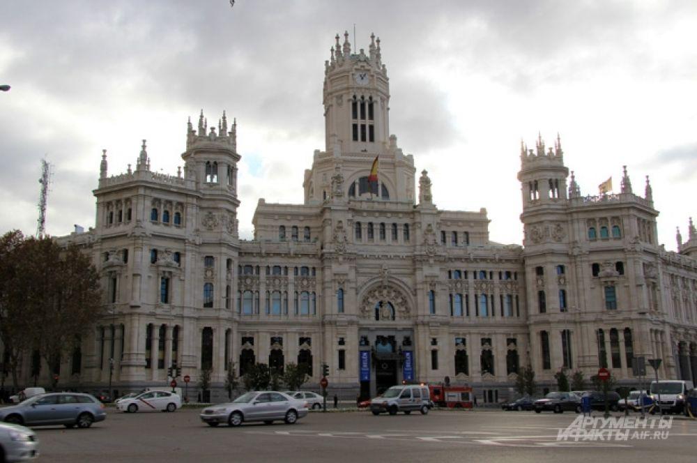 Дворец Сибелис - раньше почтамт, теперь - мэрия.