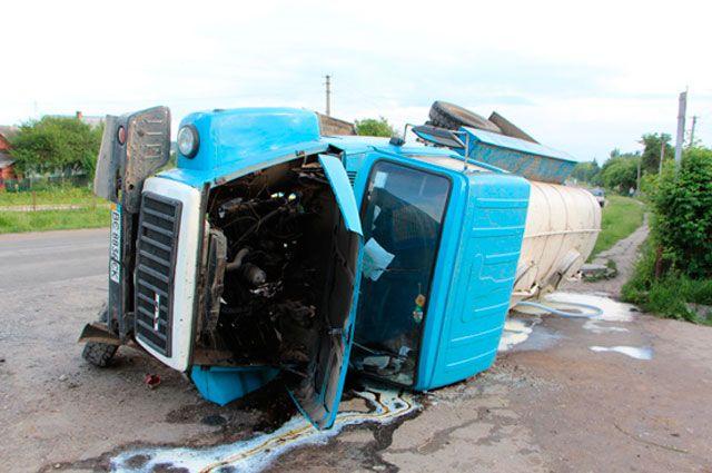 Перевернувшийся молоковоз в тернопольской области