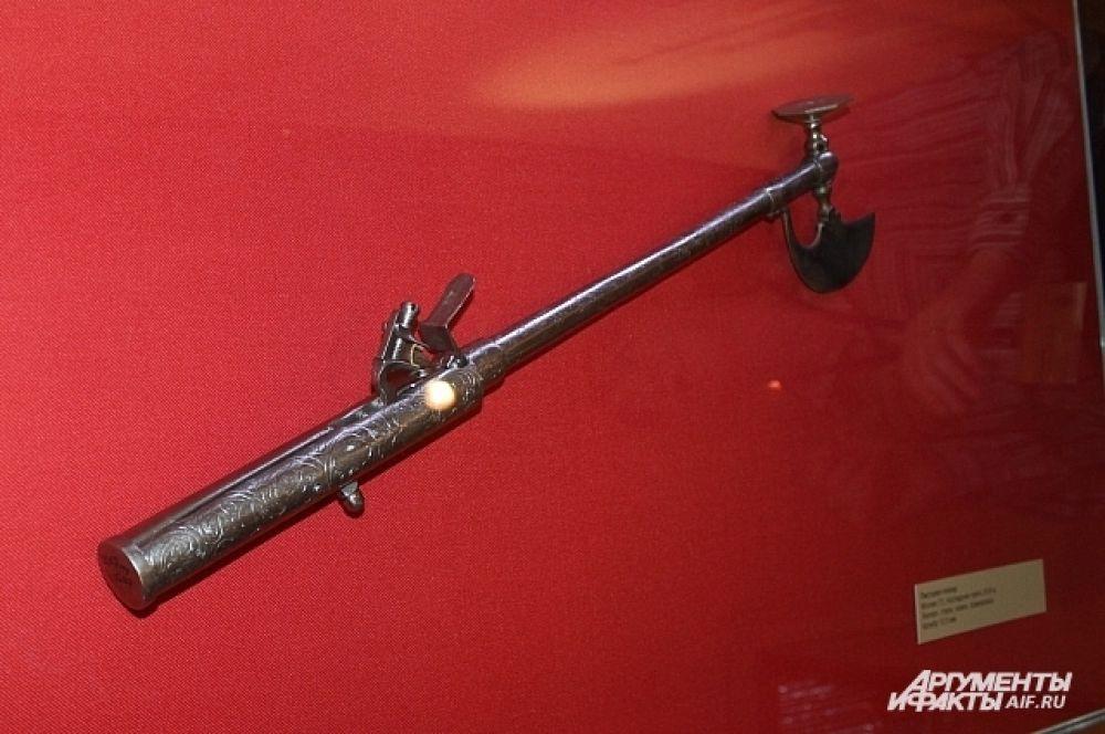 Пистолету-топор действительно может выстрелить, а топор имеет самое настоящее лезвие.
