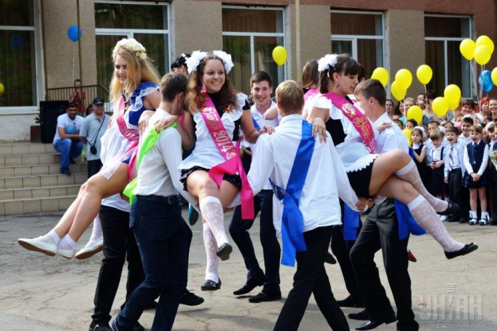 Выпускники танцуют вальс в одной из одесских школ