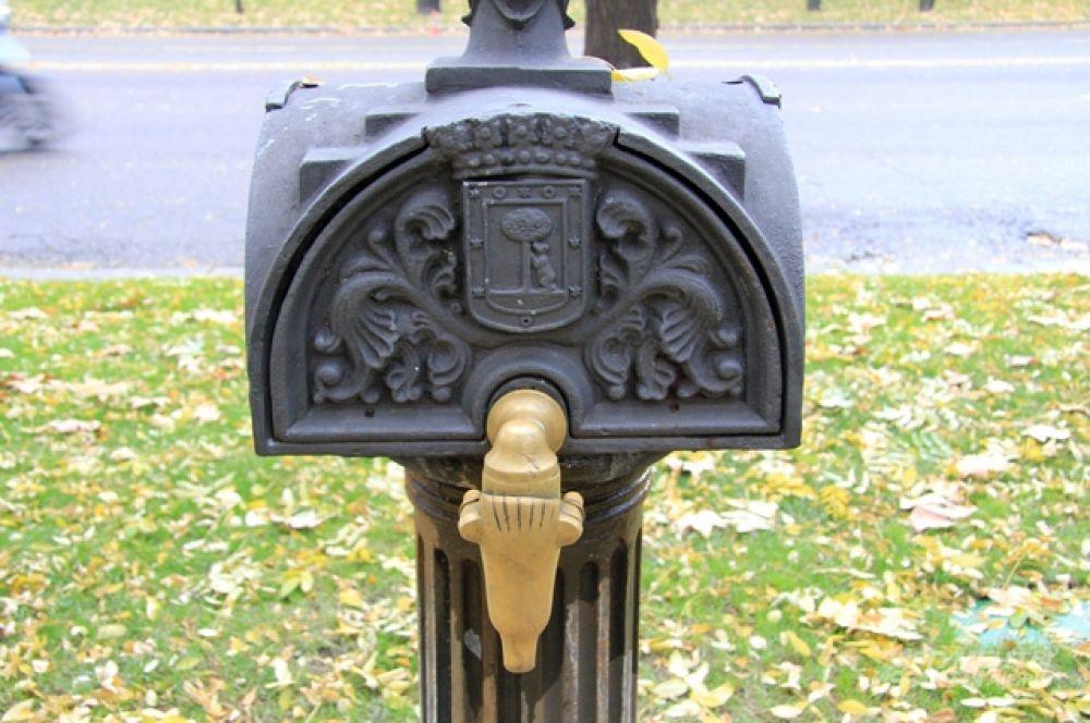 Летом глоток бесплатной воды - это бесценно. Городская водяная колонка, украшенная гербом Мадрида - медведем у земляничного дерева.