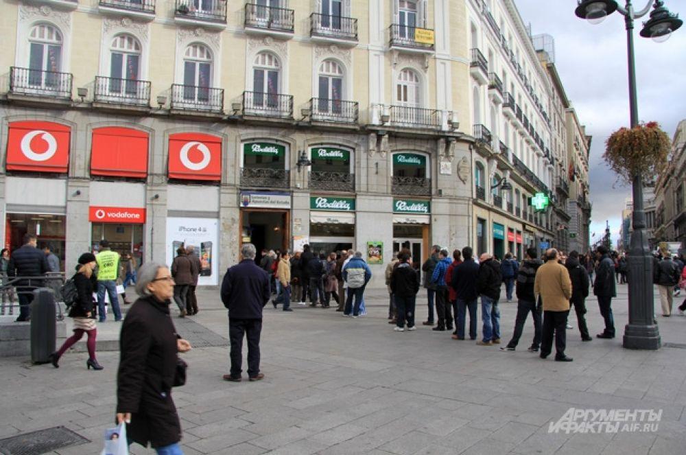 Очередь в киоск с лотерейными билетами на Plaza del Sol. Джек пот достигает нескольких миллионов евро. Как тут не помечтать!