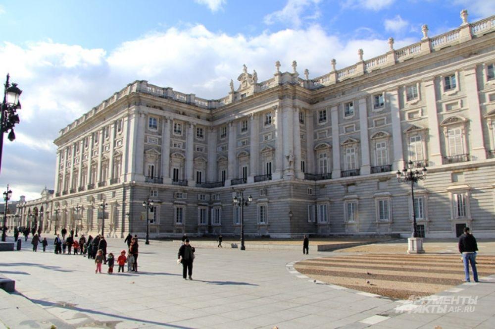 Королевский дворец огромен, но венценосные особы здесь бывают не каждый день.