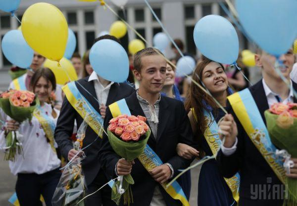 Ученики старших классов на празднике последнего звонка