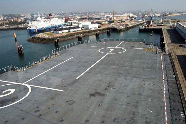 Высота ангара позволяет размещать российские вертолеты Ка-27, Ка-29 и Ка-52К на ангарной палубе, что было подтверждено во время визита корабля «Мистраль» в Санкт-Петербург при выполнении тестовых посадок вертолётов на палубу.