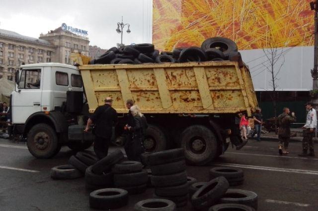 Покрышки с Грушевского свозят на Майдан