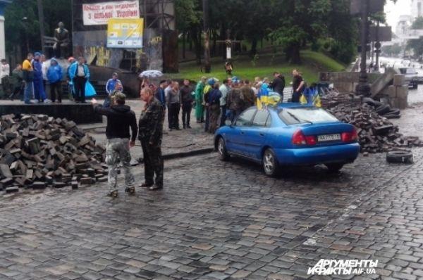 В центре Киева осталось много брусчатки, которой протестующие запасались во время боев
