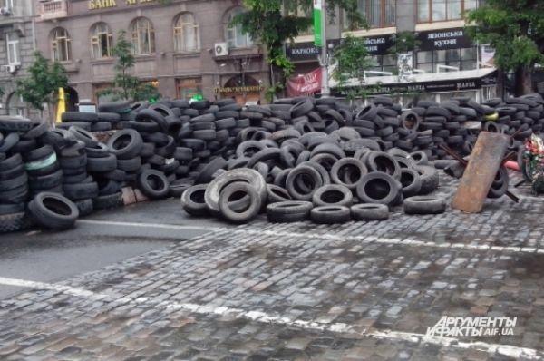 Множество покрышек загромождает дороги в центре столицы