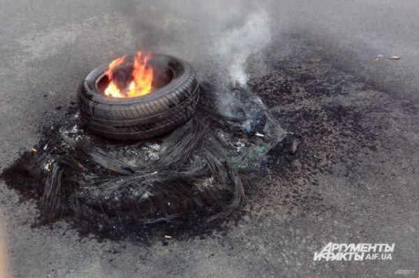 В знак протеста против сноса палаток на Майдане зажгли два костра
