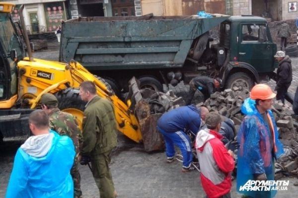 На Грушевского убирают символ революции – баррикаду, отделявшую активистов от силовиков