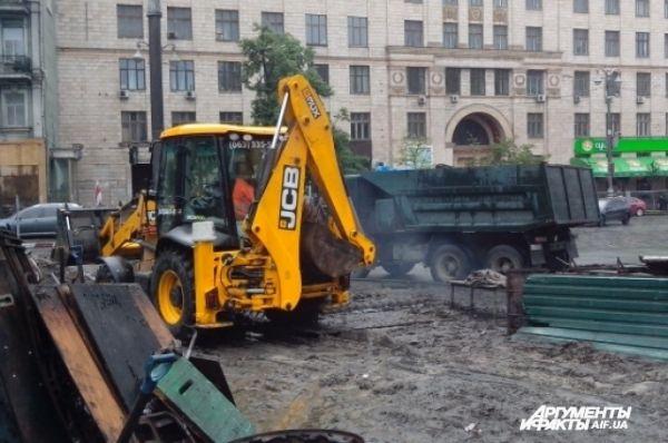 Для ликвидации ограждения активистов Евромайдана потребовалась специальная техника