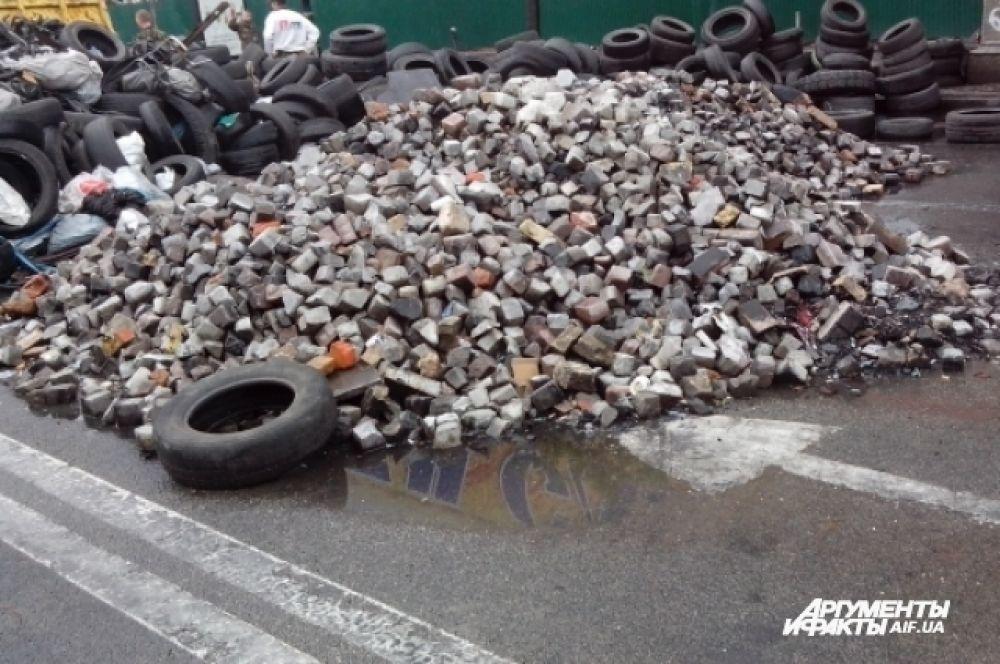 Автомобильные шины и брусчатка в центре Киева