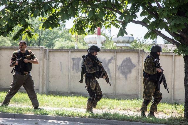 Боевики возле воинской части в Луганске