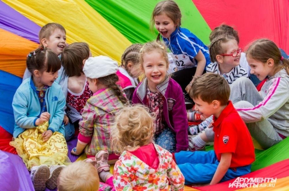 Каждый ребенок нашел занятие по душе. Одни рисовали, другие играли с клоуном, третьи пускали мыльные пузыри и играли на маракасах.