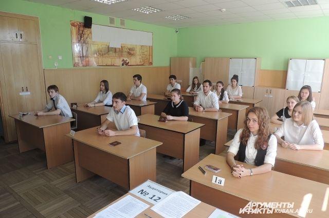 Во время сдачи ЕГЭ каждый экзаменующийся сидит отдельно от других.