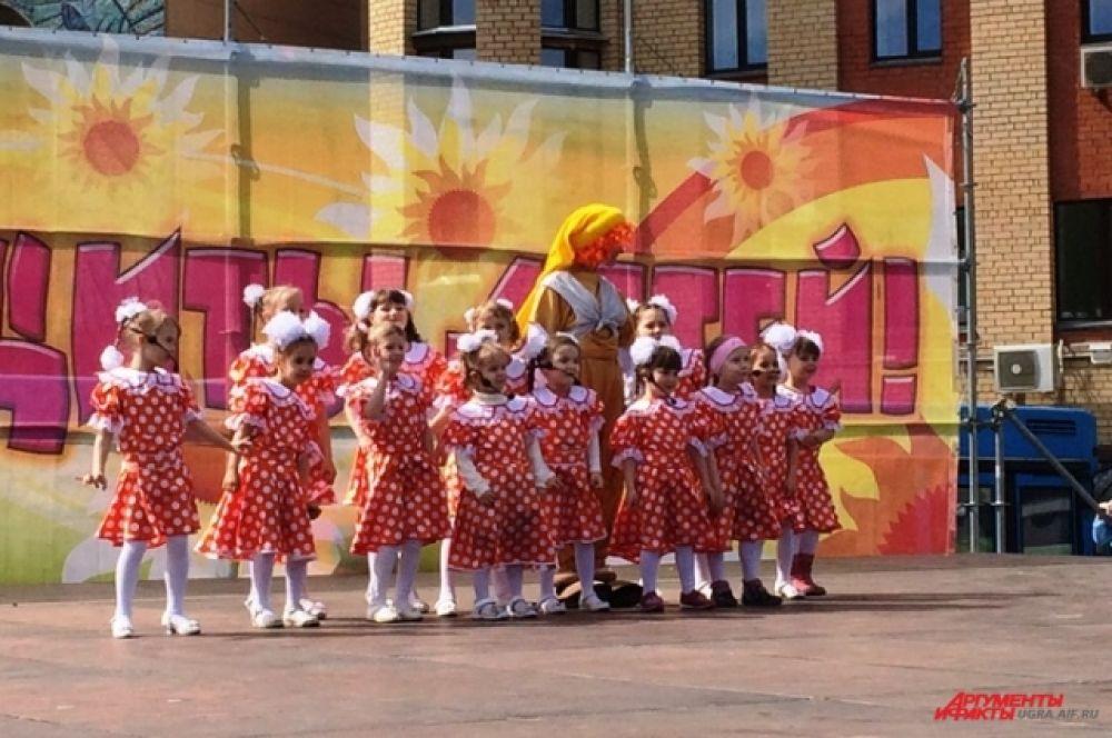 На сцене исполняли номера творческие коллективы города. Задорные песни и заводные танцы поднимали настроение горожанам.