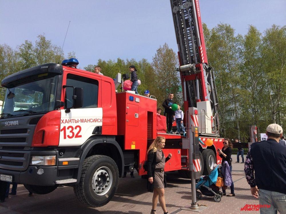 Детям разрешили посидеть за рулем настоящей пожарной машины и почувствовать себя пожарными.