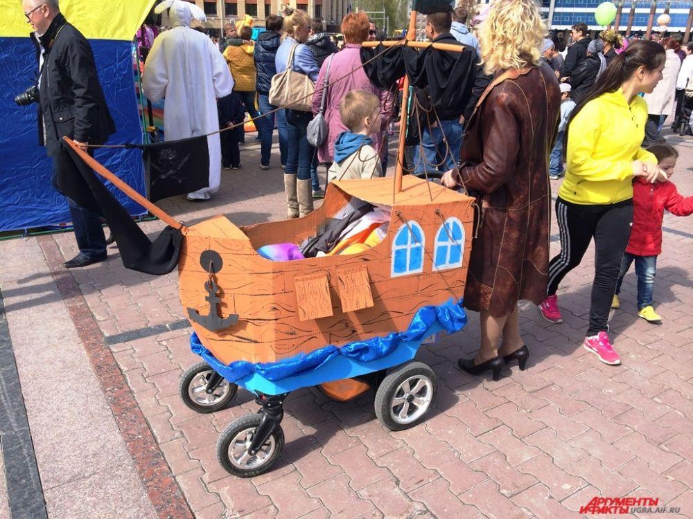 Утром мамочки с детьми могли поучаствовать в конкурсе детских колясок. Вот один из экземпляров – настоящий пиратский корабль.