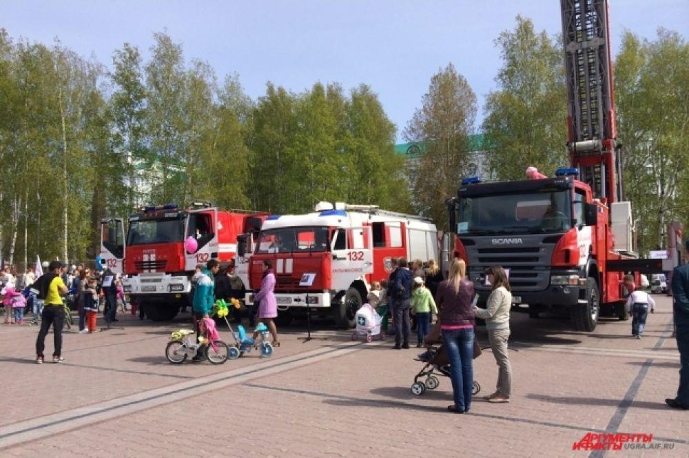 На центральной площади Ханты-Мансийска для детей сотрудники МЧС устроили показ спецтехники.