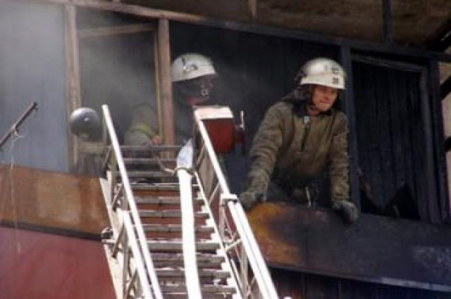 Пожарные эвакуировали людей из загоревшегося дома.