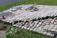 Памятник, посвящённый 10-й годовщине событий на площади Тяньаньмэнь.