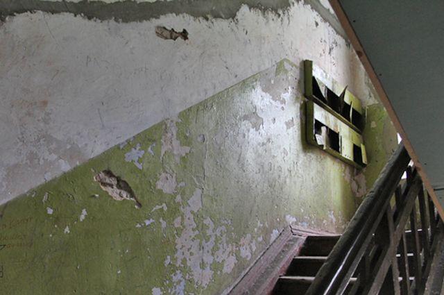 Прокурор заставил челябинских коммунальщиков убраться в подъезде пятиэтажки