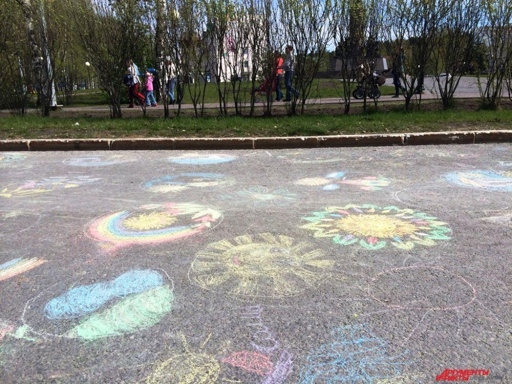 А на дороге от КДЦ «Октябрь» до дома правительства асфальт превратился в холст для рисования.